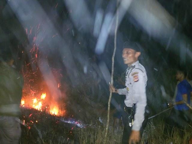 Polsek Banjar Respon Cepat Padamkan Kebakaran Lahan Kosong