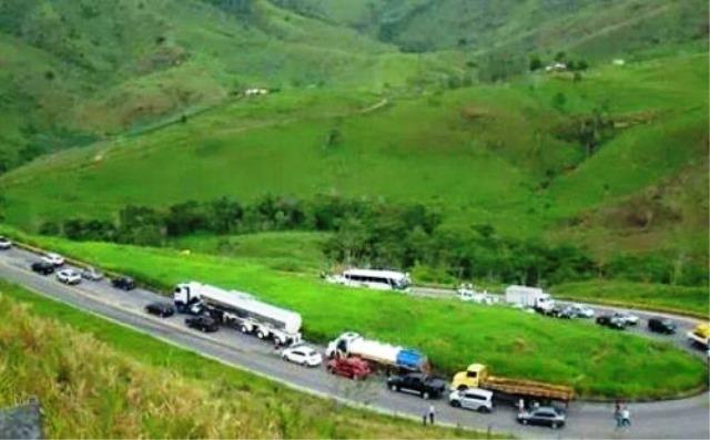 Ônibus e carreta colidem frontalmente na Serra do Marçal, em Vitória da Conquista
