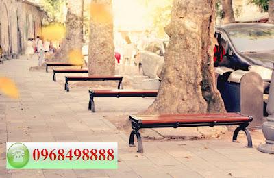 Hình ảnh lãng mạn của hàng ghế công viên trong mùa thu tại một con phố Hà Nội