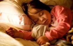 Tác hại bất ngờ của việc để đèn ngủ qua đêm cho trẻ