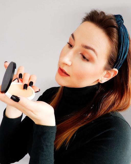 Lily Lolo Naturalny kremowy podkład w kompakcie, Lily Lolo Naturalny kremowy podkład w kompakcie efekt na skórze, Lily Lolo Naturalny kremowy podkład w kompakcie makijaż,
