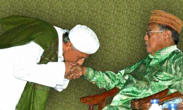 Gus Dur dan Habib Saggaf yang Mencium Tangannya