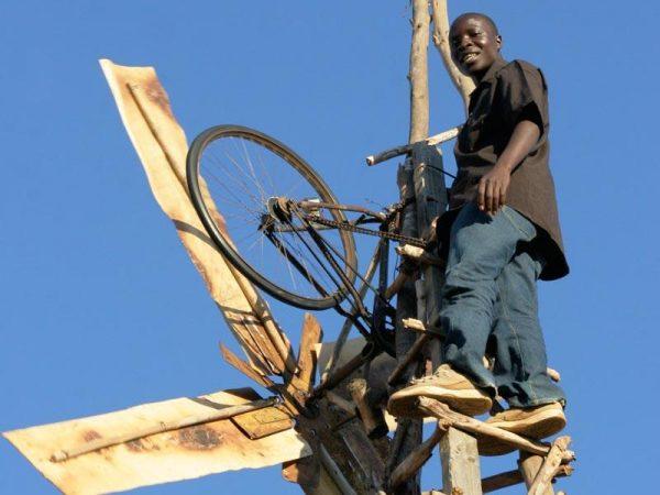 William-Kamkwamba-voi-may-xay-gio-cua-minh
