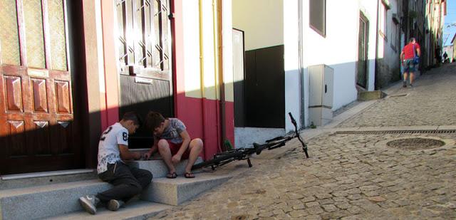 Meninos brincando na porta de casa