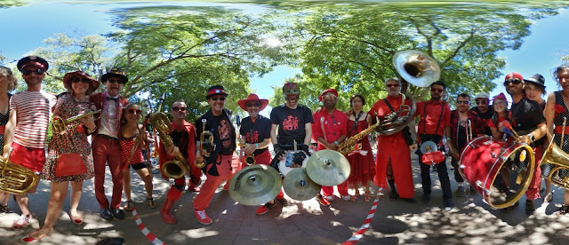 Une fanfare déambulatoire originaire de Marseille. En concert sur scène, dans les arbres ou en déambulation lors d'un spectacle de rue, TAHAR TAG'L est une fanfare à toutes épreuves !