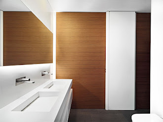 Duvarları lambri kaplanmış iki lavabolu beyaz bir tuvalet
