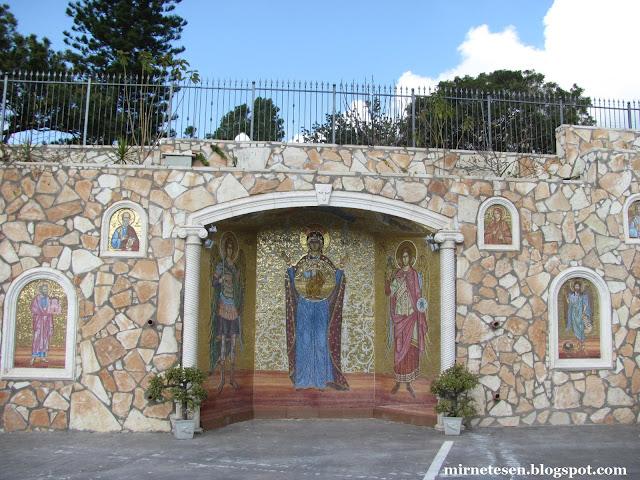 Панагия Айя-Напа - стена с мозаиками вокруг церкви