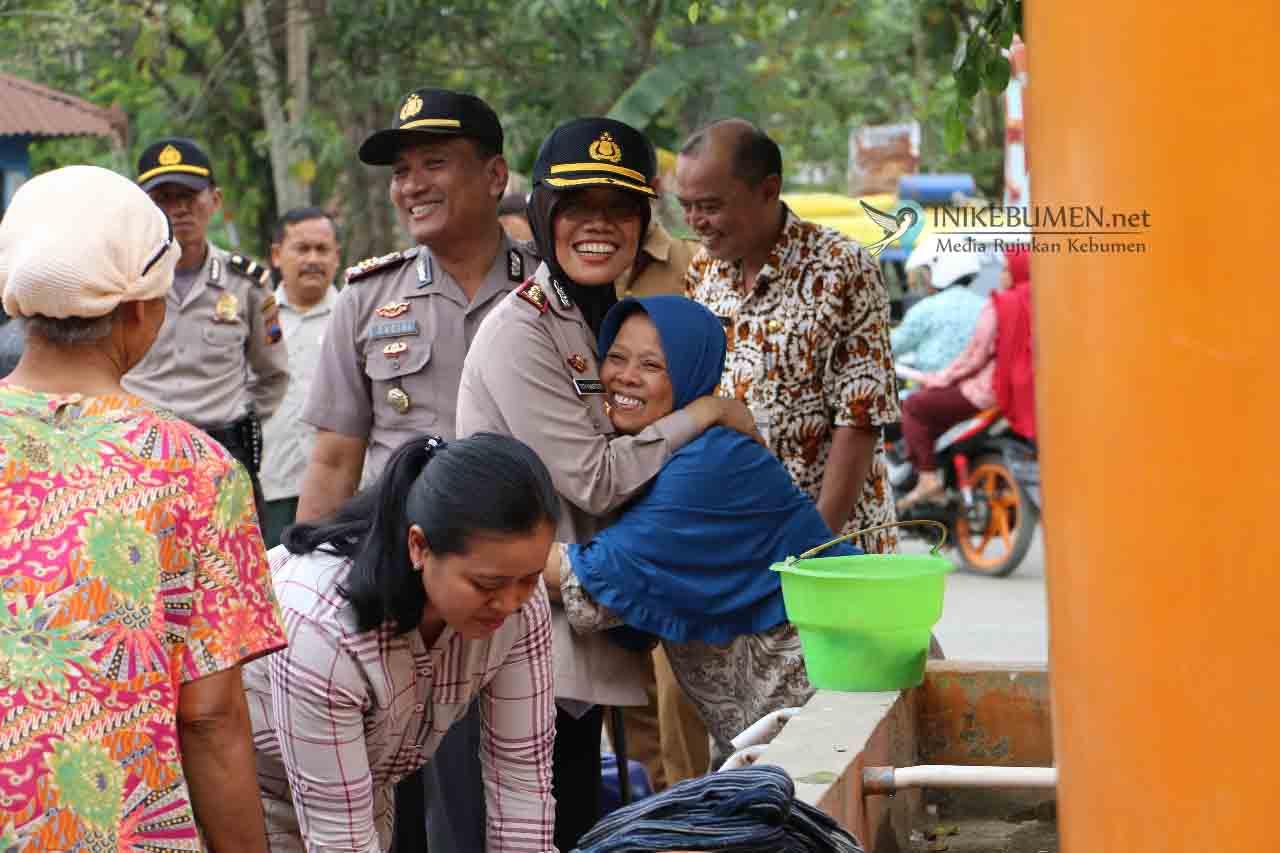 Kekeringan Berkepanjangan, Polwan Polres Kebumen Sumbang Air Bersih ke Warga Kalirejo