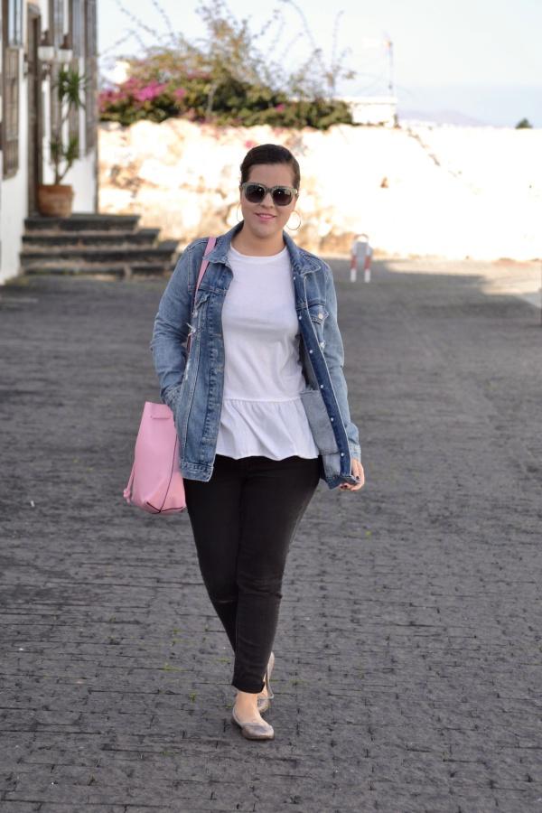 look_camiseta_volante_dresslily_bolso_rosa_chaqueta_vaquera_lolalolailo_02