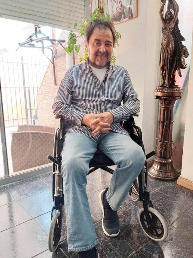 Patricio Arévalo anda en silla de ruedas mientras vuelve a caminar