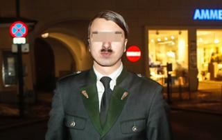 Homem vestido de Adolf Hitler assusta população e é detido
