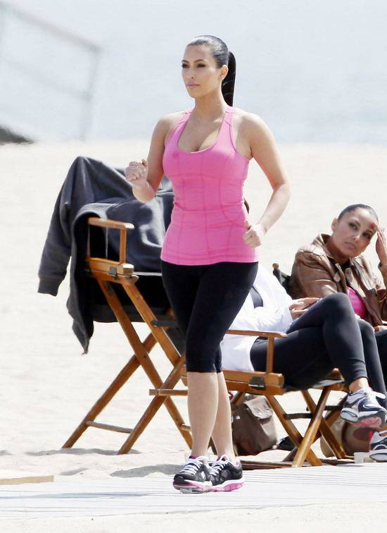 nude porn gallery: Kim Kardashian shows on the beach in