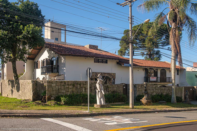 Casa na Rua Gabriela Mistral com esculturas na calçada
