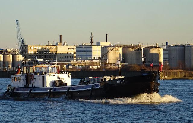Hafenbarkasse mit Wasser vor dem Bug am Piers 11 in Hamburg