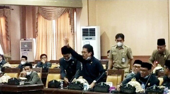 Alamak! Gegara Mic Tak Menyala, Anggota DPRD Jeneponto Benturkan Mic ke Meja