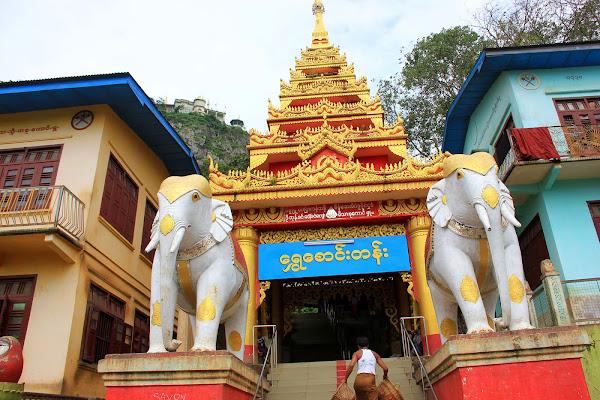 Entrada al Monte Popa custodiada por los leones Birmanos