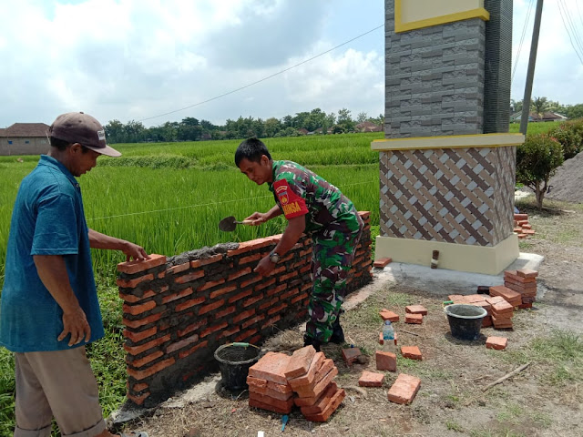 KodimKaranganyar – Babinsa Bolong Bersama Warga Gotong Royong Bangun Taman Gapura