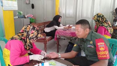 Peduli Kesehatan Warga, Babinsa Koramil 03/ Bandongan Dampingi Posbindu PTM