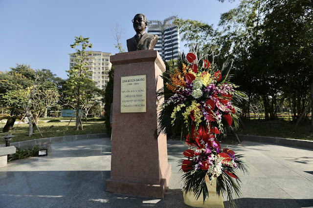 Miguel Mejía deposita ofrenda floral en Monumento Profesor Juan Bosch en Vietnam