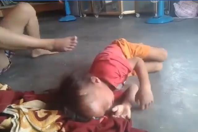 Clip người phụ nữ bóp cổ, dùng chân đạp liên tiếp vào người bé trai ở Bình Dương