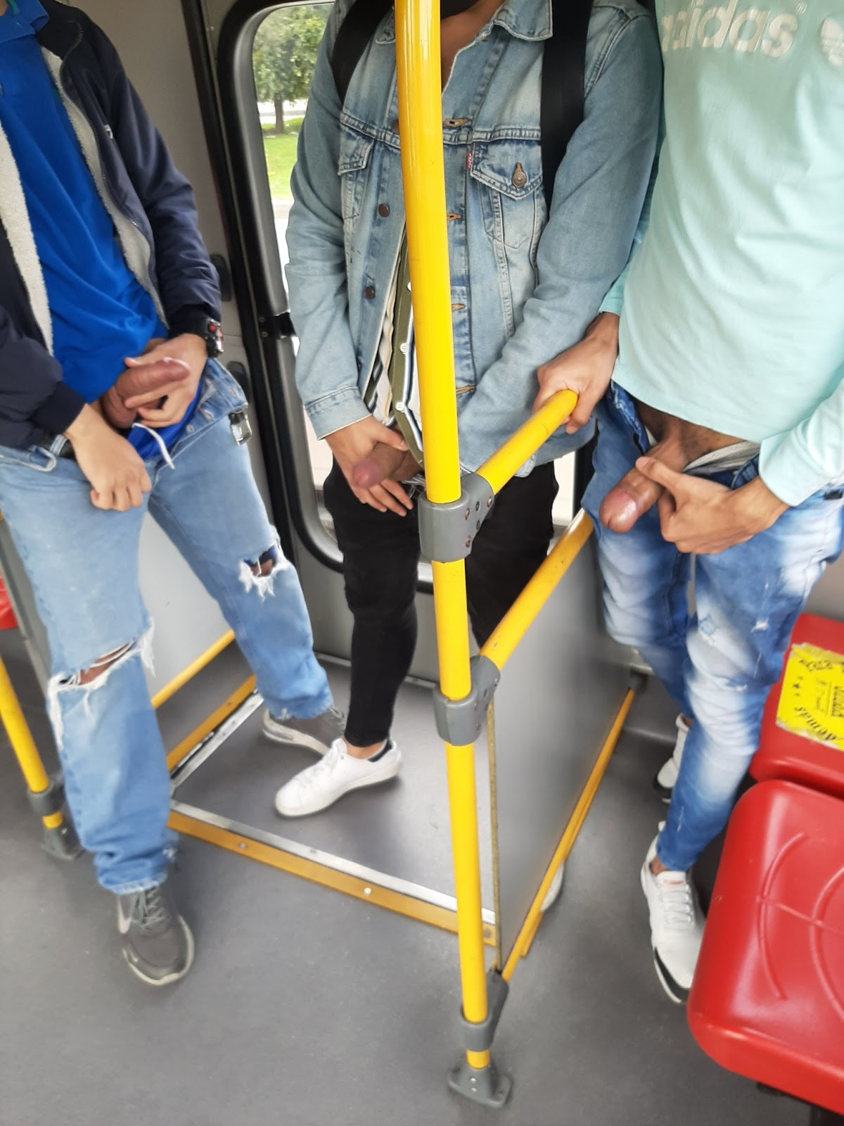 pene en transporte publico, se lo saca