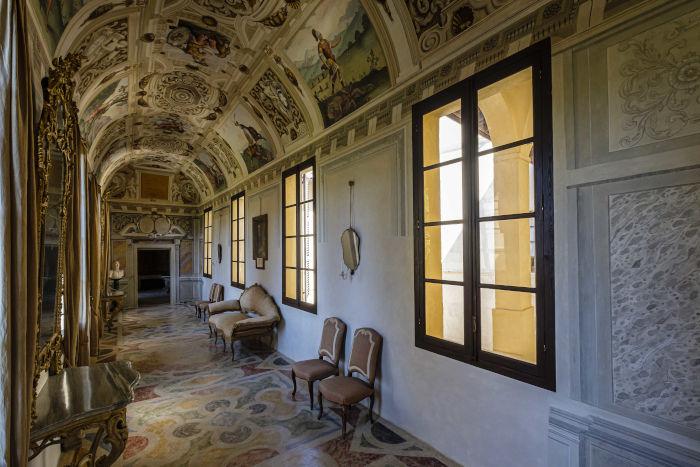 La splendida Galleria delle Grottesche restaurata, al Castello della Manta