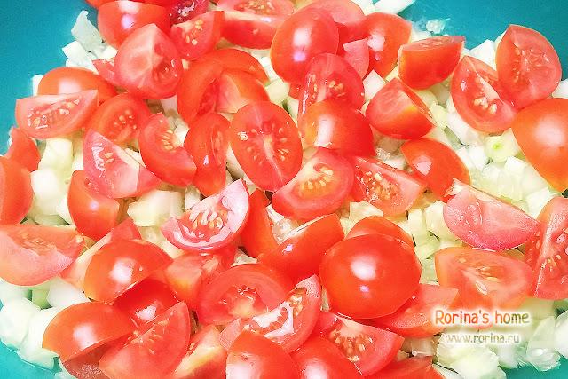 Нарезанные помидоры черри