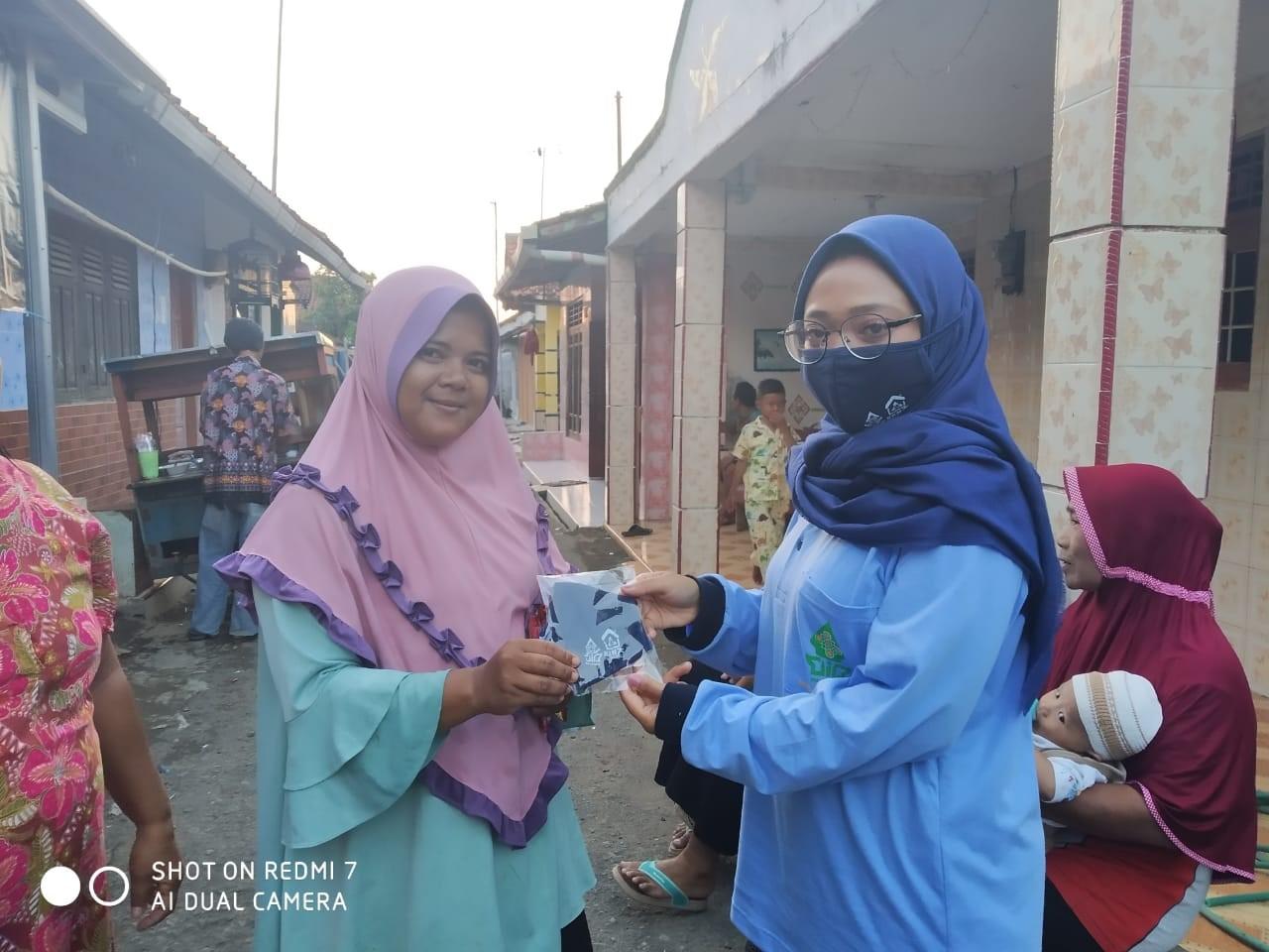 Mahasiswa KKN UIN Walisongo Melakukan Pembagian Masker Lewat Door To Door