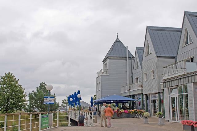 wejście na molo w Heringsdorfie, widok na sklepy z pamiątkami