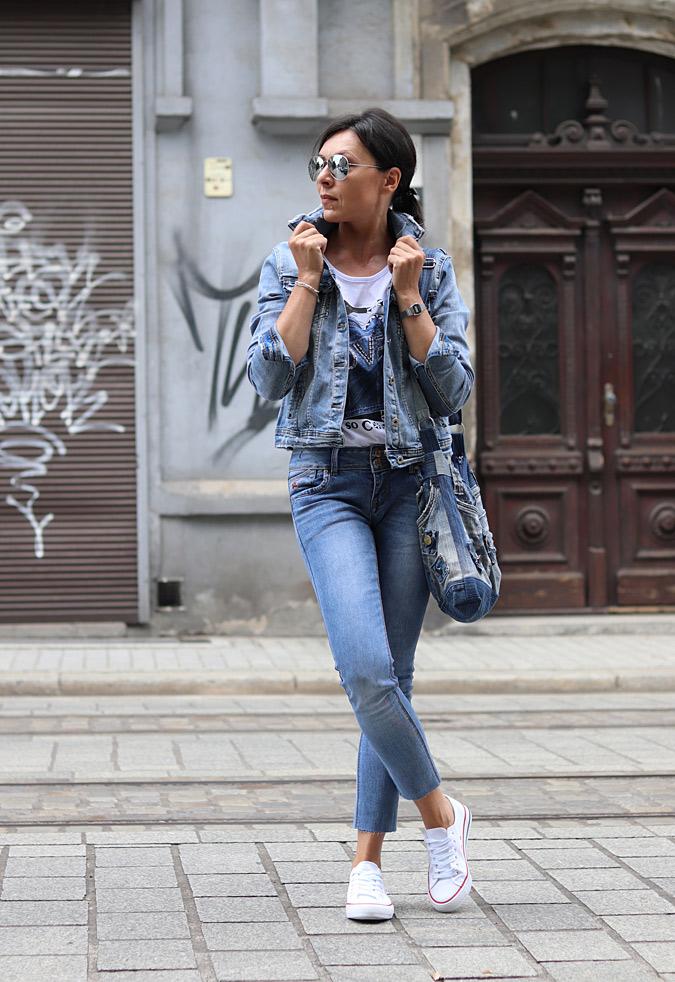 kurtka jeansowa stylizacje minimalissmo