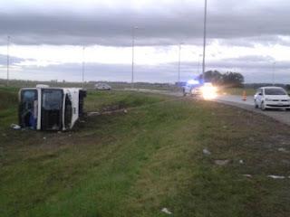 El accidente ocurrió cerca de las 3.30 en cercanías de la rotonda de las rutas 6 y 53, donde por causas que se investigan, el transporte que se dirigía a Mar del Plata volcó.