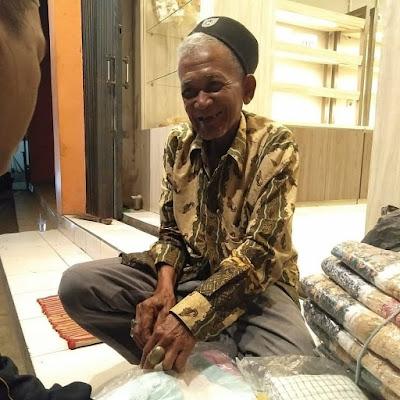 Perjuangan Abah Nono, Si Penjual Karpet di Usia Senjanya