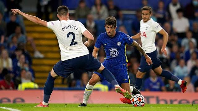 Chelsea Pulisic tries to dribble Tottenham Doherty