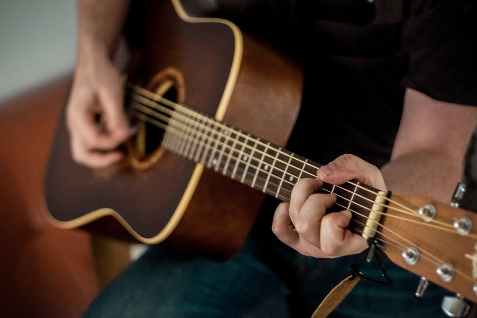 Tips belajar gitar dari nol untuk pemula