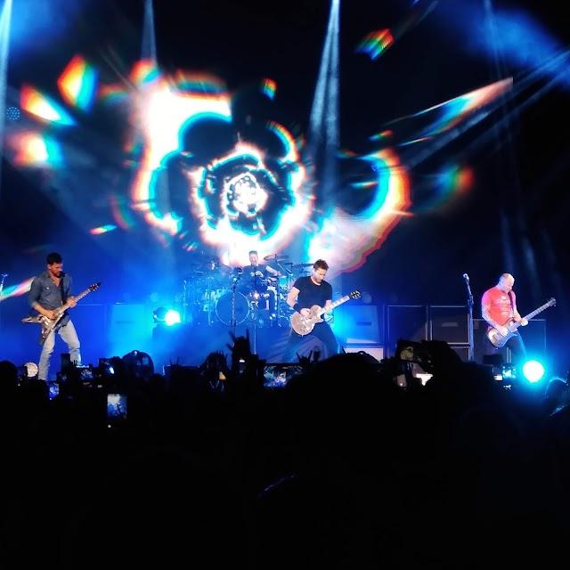 """Nickelback agita o Ginásio Ibirapuera e convida fãs para cantar """"Rock Star"""" no palco."""
