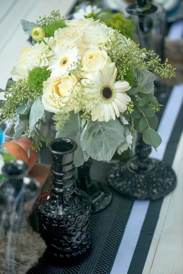halloween+wedding+black+white+blue+red+rose+autumn+spooky+doll+head+skeleton+skull+wedding+reception+table+bouquet+offbeat+weird+unique+alternative+goth+gothic+bride+groom+kim+truelove+photography+13 - The Living meet the Dead
