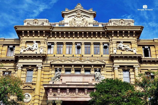 Close-up da parte superior da fachada do Palácio da Justiça de São Paulo - Sé - São Paulo