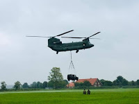 Chinook helicopter takelt legerjeep op