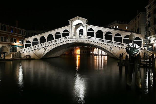 Ponte de Rialto iluminada de noite