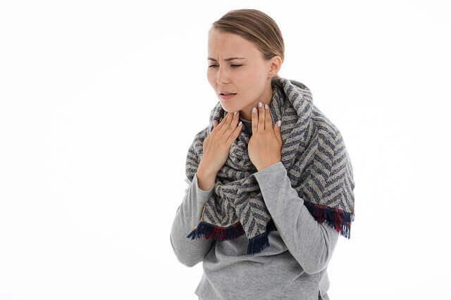 علاج التهاب الحنجرة بالماء الدافئ و العسل
