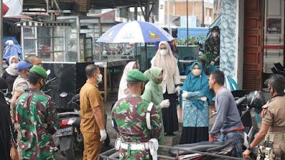 Ketua TP PPK Aceh Barat Dan Ketua Persit KCK Kodim 0105/Abar Kompak Melaksanakan Sosialisasi Prokes