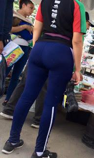 Curvilínea mujer leggins deportivos entallados buenas caderas