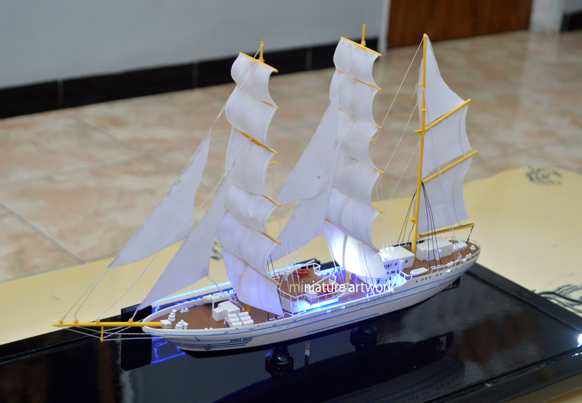 foto gambar miniatur kapal layar kri bima suci 945 tni al pengganti kri dewaruci koarmada1
