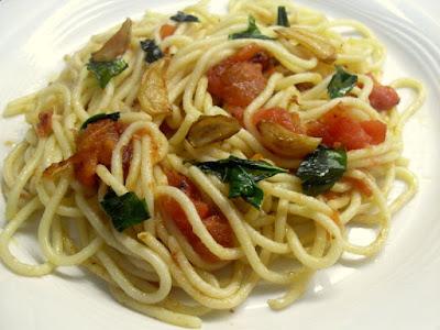 Spaguetti alla Toscana, con tomate, ajo y albahaca saltedo.