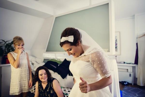 6dbd5c4b7 E há ainda os vestidos de noiva frente única (halter) ou de corte com  decote V - em modelo halter ou com calças tradicionais.