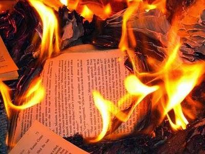 El juego de las palabras encadenadas-http://1.bp.blogspot.com/-1jzEHEnBgYI/Un4y41LADXI/AAAAAAAAAiM/SI6YpOpGD6k/s1600/quemarlibrosbueno2.jpg
