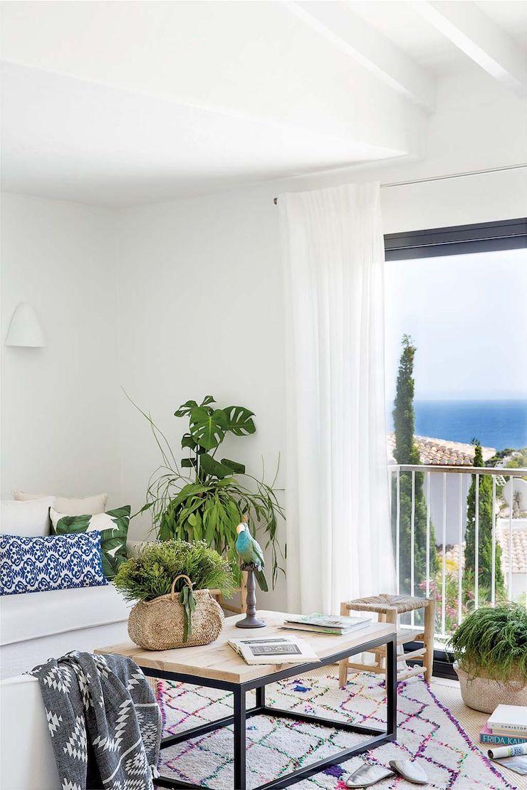 Salón de estilo mediterráneo con comedor.