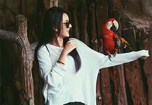 Nabila Zavira Bersama Burung Kakak Tua