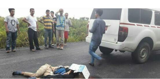 Korban yang tewas digulas truk saat berada di lokasi kejadian.
