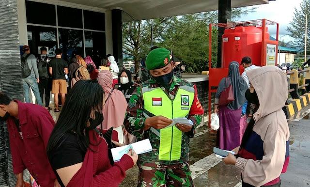 Lakukan Pengamanan KMP Bahtera Nusantara di Pelabuhan Penagi, Babinsa M Surya Melakukan Validasi Surat Antigen
